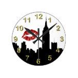 Silueta del horizonte de NYC, beso del edificio #1 Reloj Redondo Mediano