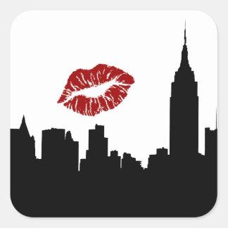 Silueta del horizonte de NYC, beso rojo del lápiz Calcomania Cuadradas Personalizadas