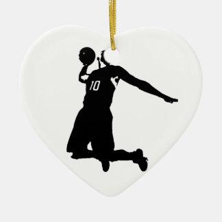 Silueta del jugador de básquet adorno navideño de cerámica en forma de corazón