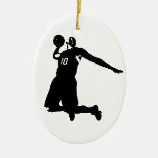 Silueta del jugador de básquet adorno navideño ovalado de cerámica