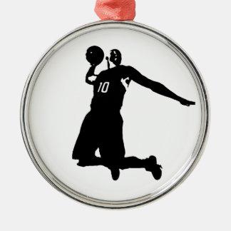 Silueta del jugador de básquet adorno navideño redondo de metal