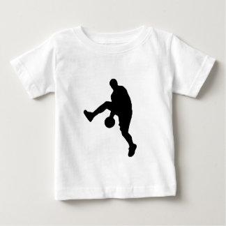 Silueta del jugador de básquet playera