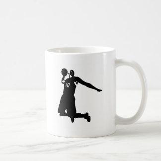 Silueta del jugador de básquet taza de café