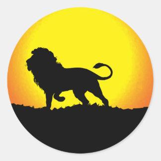 Silueta del león contra el Sun Pegatina Redonda