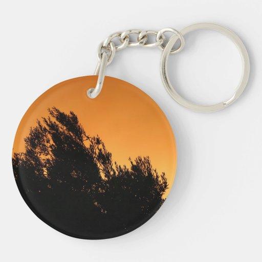 Silueta del olivo en la puesta del sol llavero