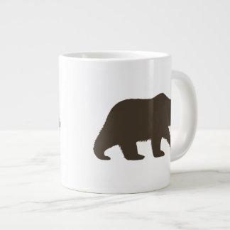 Silueta del oso grizzly taza grande