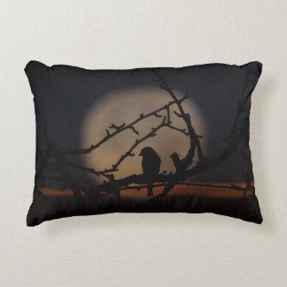 Silueta del pájaro en el ejemplo del claro de luna cojín decorativo