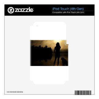 Silueta del perro y del lago woman calcomanías para iPod touch 4G