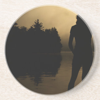 Silueta del perro y del lago woman posavasos personalizados