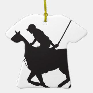 Silueta del potro de polo adorno navideño de cerámica en forma de playera
