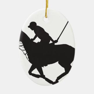 Silueta del potro de polo adorno navideño ovalado de cerámica