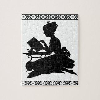 Silueta del rompecabezas de la lectura del chica