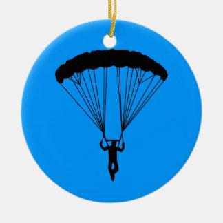 silueta del skydiver adorno redondo de cerámica