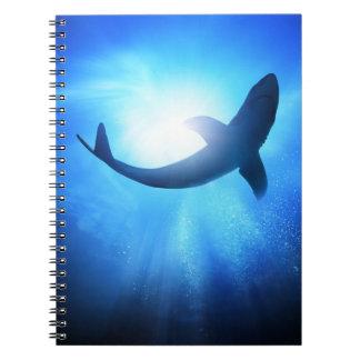 Silueta del tiburón del océano profundo libro de apuntes
