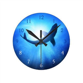 Silueta del tiburón del océano profundo reloj redondo mediano