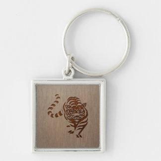 Silueta del tigre grabada en el diseño de madera llavero cuadrado plateado