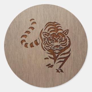 Silueta del tigre grabada en el diseño de madera pegatina redonda