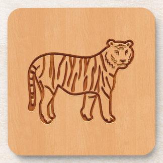 Silueta del tigre grabada en el diseño de madera posavaso