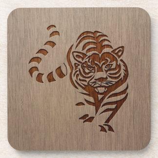 Silueta del tigre grabada en el diseño de madera posavasos