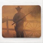Silueta del vaquero con el rifle a disposición alfombrillas de ratón