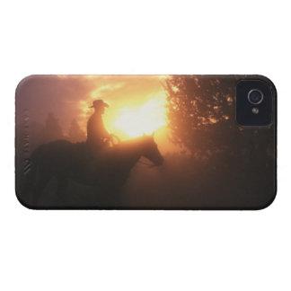Silueta del vaquero en un caballo iPhone 4 Case-Mate cárcasas