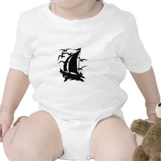 Silueta del velero con la enredadera de las gaviot camiseta