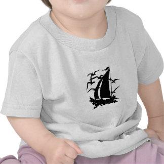 Silueta del velero y de la camisa de las gaviotas