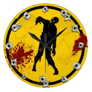 Silueta del zombi en sangre amarilla de la placa reloj redondo grande