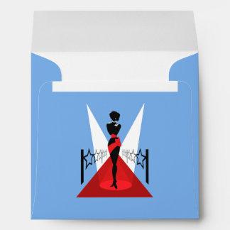 Silueta elegante de la mujer en la alfombra roja sobres