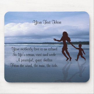 Silueta hermosa de la madre y del hijo en la playa alfombrilla de ratón