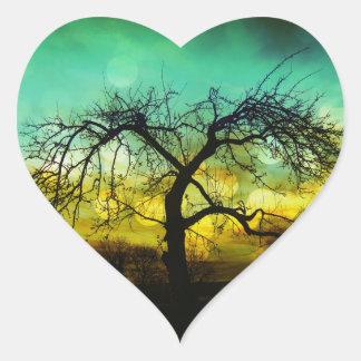 Silueta hermosa del árbol en la aguamarina de pegatina en forma de corazón