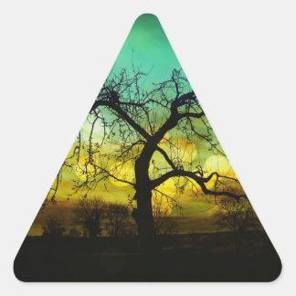 Silueta hermosa del árbol en la aguamarina de pegatina triangular