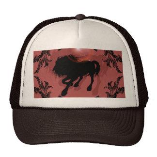 Silueta impresionante del caballo en negro gorros bordados