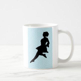 Silueta irlandesa del bailarín/nudos célticos azul tazas de café