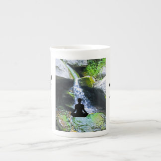 Silueta Meditating por la cascada Taza De Porcelana