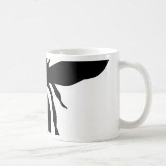Silueta negra de la avispa tazas