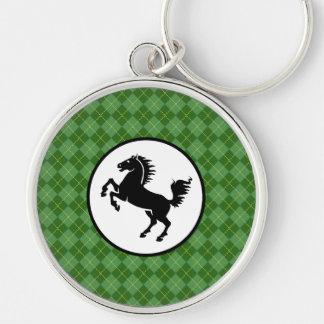 Silueta negra del caballo en modelo verde llavero redondo plateado