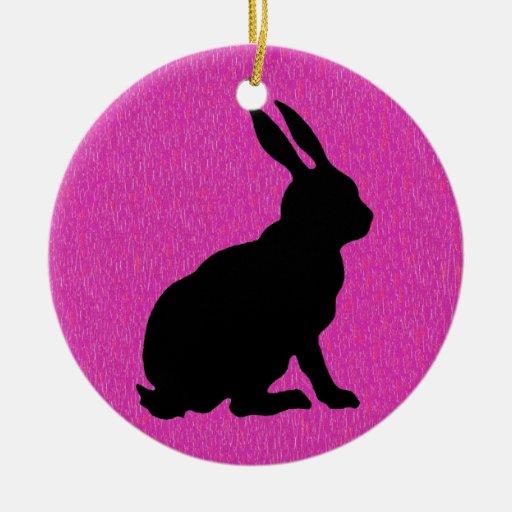 Silueta negra del conejo en rosa adorno navideño redondo de cerámica