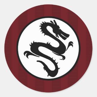 Silueta negra del dragón en rayas rojas pegatina redonda