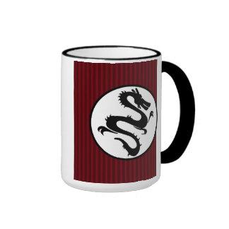 Silueta negra del dragón en rayas rojas taza de dos colores
