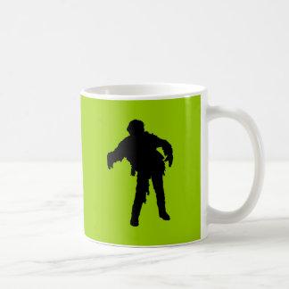 Silueta negra del zombi taza básica blanca