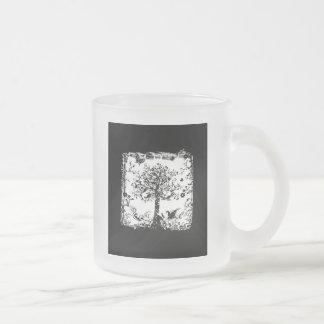 Silueta negra y blanca de la mariposa del árbol taza de cristal