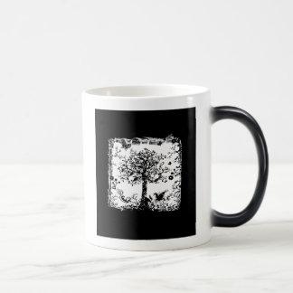 Silueta negra y blanca de la mariposa del árbol taza mágica