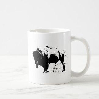 Silueta negra y blanca del arte pop del búfalo taza de café