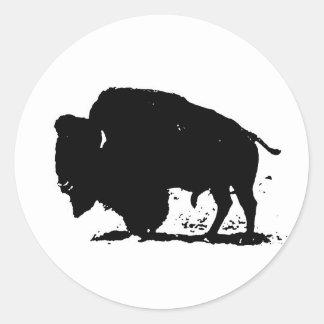 Silueta negra y blanca del búfalo pegatina redonda