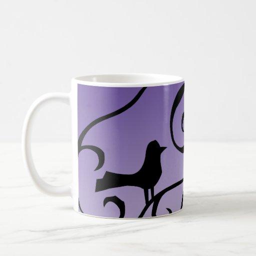 Silueta púrpura elegante del pájaro en remolinos d taza de café