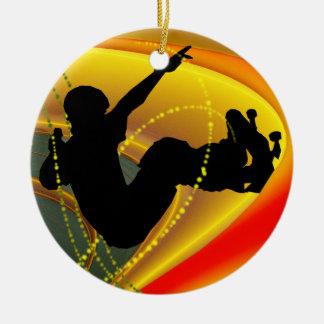 Silueta que anda en monopatín en el cuenco adorno navideño redondo de cerámica