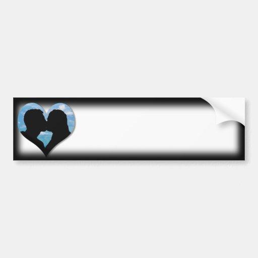 Silueta que se besa de los pares con el corazón de etiqueta de parachoque