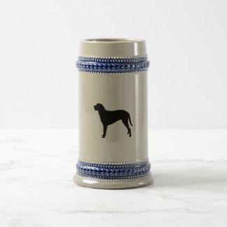 Silueta revestida rizada del perro de caza del jarra de cerveza