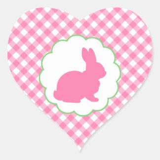 Silueta rosada del conejito pegatina en forma de corazón